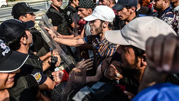 Столкновения между мигрантами и полицией в городе Эдрин на границе Турции с Грецией. Архивное фото