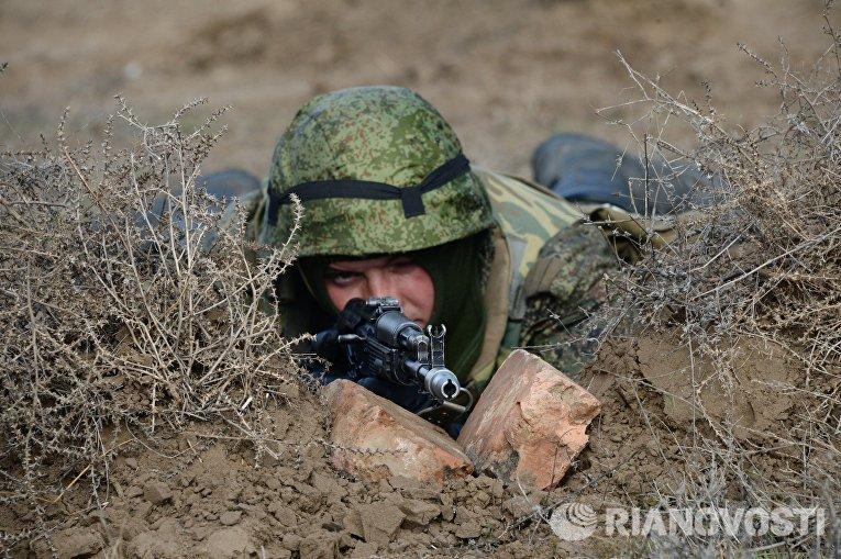 Военнослужащий во время военных учений мотострелковых войск 58-й общевойсковой армии ЮВО на полигоне Серноводский