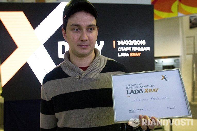 Первый покупатель компактного кроссовера Lada Xray в автосалоне Лада-Центр Юго-Запад в Санкт-Петербурге