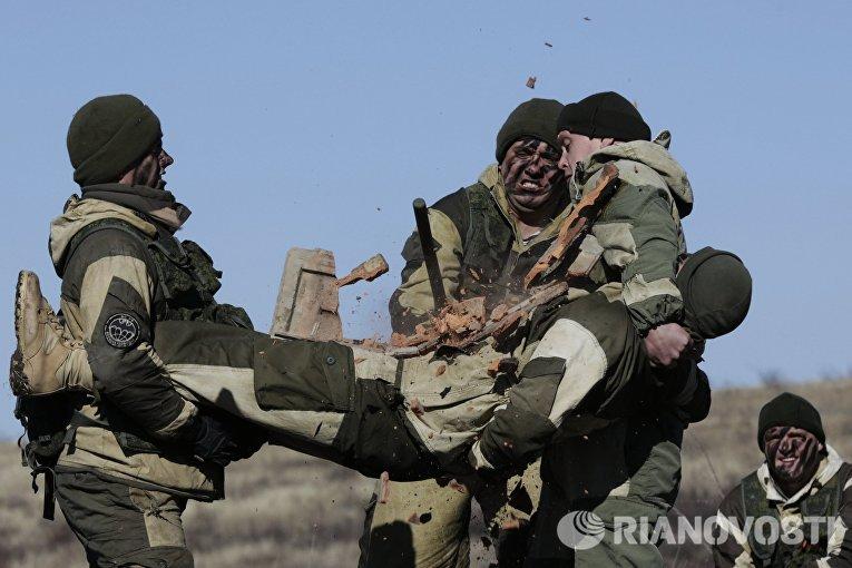 Военнослужащие во время показательных выступлений в рамках военно-патриотического мероприятия в Крыму, приуроченного к 27-й годовщине вывода советских войск из Афганистана