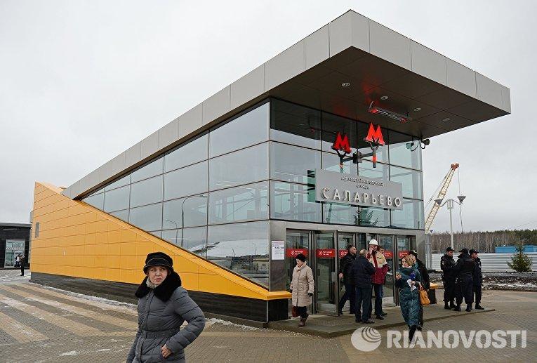 Прохожие у входа на станцию Саларьево Сокольнической линии московского метрополитена