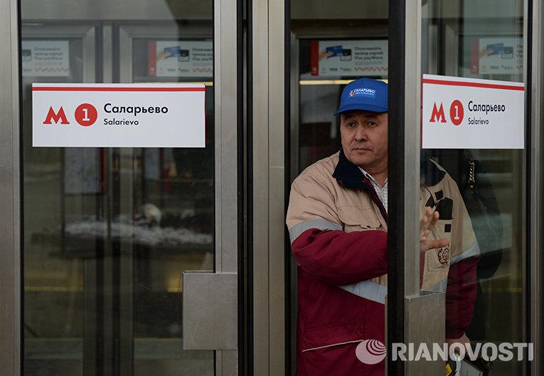 Мужчина у входа на станцию Саларьево Сокольнической линии московского метрополитена
