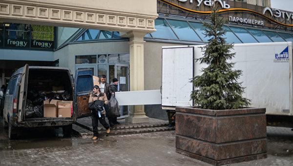 Рабочие выносят имущество из торгового центре Пирамида на Пушкинской площади Москвы. Архивное фото