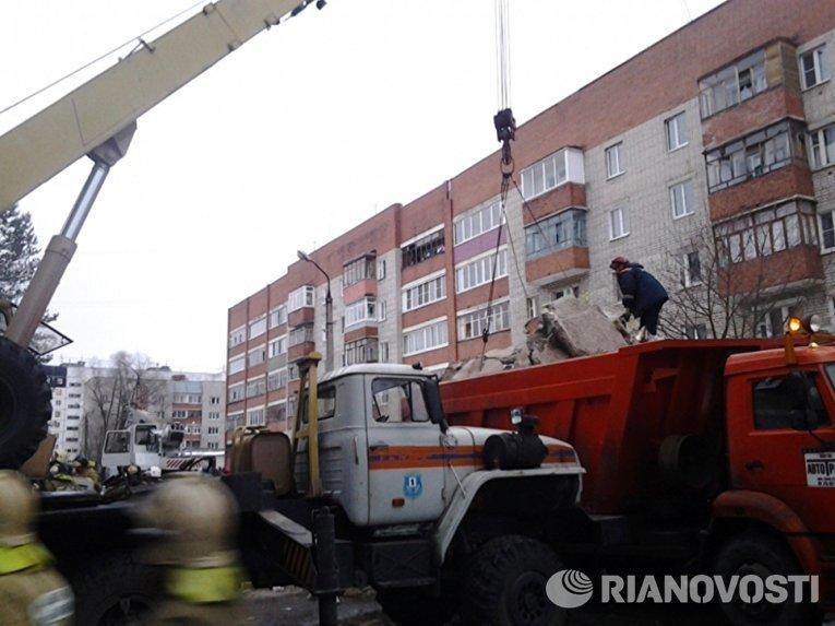 Сотрудники МЧС РФ во время разбора завалов у пострадавшего в результате взрыва бытового газа многоэтажного дома во Фрунзенском районе города Ярославля