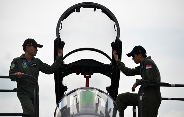 Технический персонал возле истребителя F-16 сингапурских ВВС на авиашоу Singapore Airshow