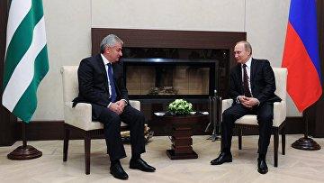 Президент России Владимир Путин и президент Абхазии Рауль Хаджимба во время встречи в резиденции Ново-Огарево