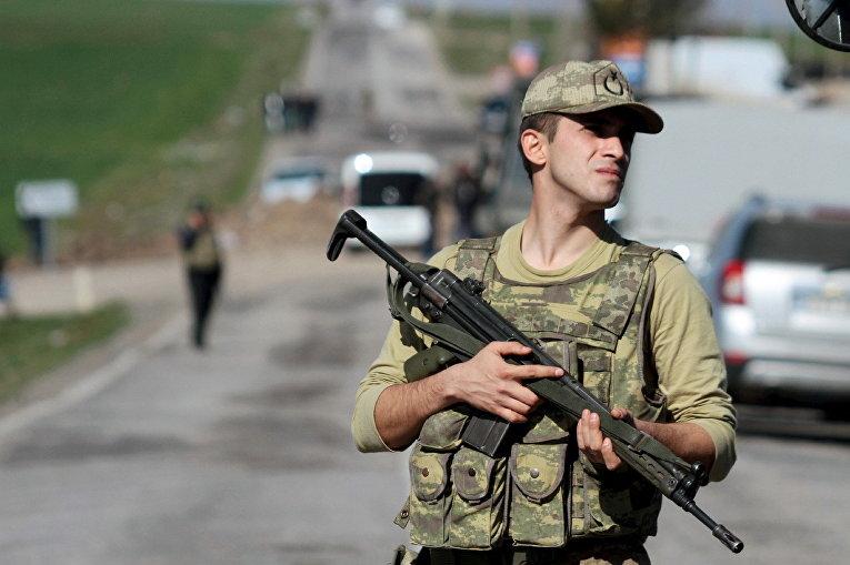 Турецкий военный на месте взрыва военного конвоя в провинции Диярбакыр, Турция