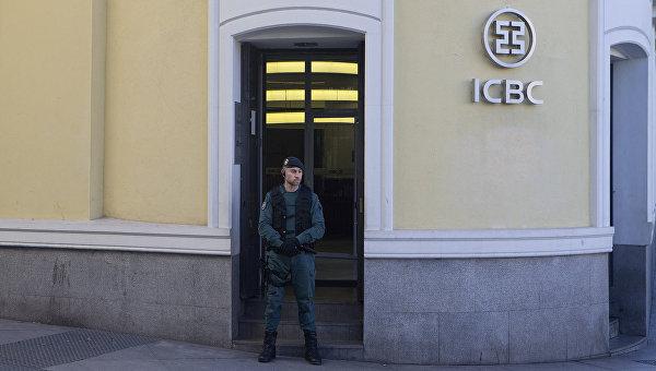 Испанский полицейский около офиса китайского банка ICBC. 17 февраля 2016 год