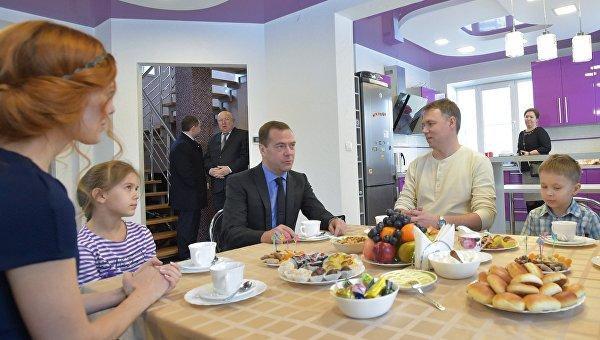 Председатель правительства РФ Дмитрий Медведев (в центре) во время посещения коттеджного поселка Яблоневый сад в рамках рабочей поездки в Приволжский федеральный округ