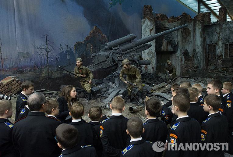 Курсанты кадетского училища во время осмотра трехмерной панорамы Битва за Берлин. Подвиг знаменосцев