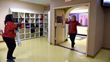 Кандидат от демократической партии Хиллари Клинтон радуется своей победе на праймериз в Неваде