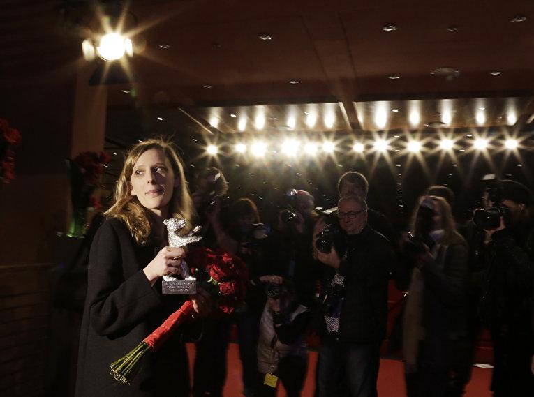Режиссер Миа Хансен-Леве, получившая награду за лучшую режиссуру на 66-м Берлинском международном кинофестивале Берлинале - 2016
