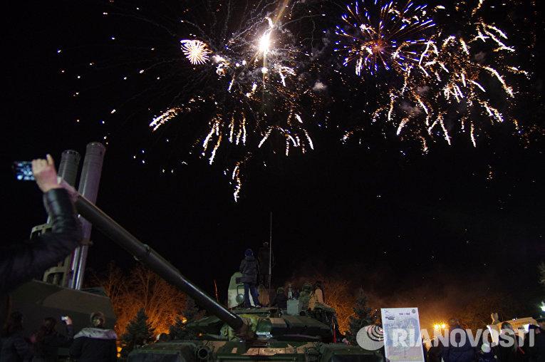 Салют в честь Дня защитника Отечества на площади Нахимова в Севастополе