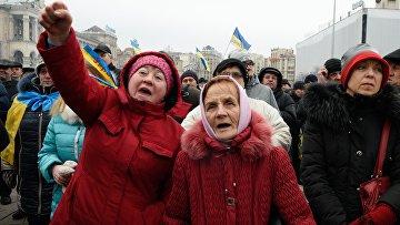 УчастницыНародного вече радикалов на майдане Незалежности в Киеве