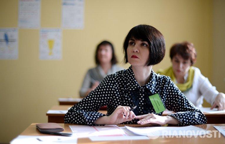 Участница во время пробного Единого государственного экзамена по математике в московской школе с углубленным изучением английского языка № 1284