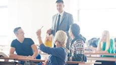 Преподаватель ведет занятие в классе. Архивное фото