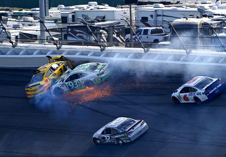 Авария на гонке NASCAR Daytona 500 в Дейтона-Бич, штат Флорида, США