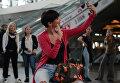 Пассажир фотографируется во время городской танцевальной акции Танцуй, Москва! в аэропорту Внуково