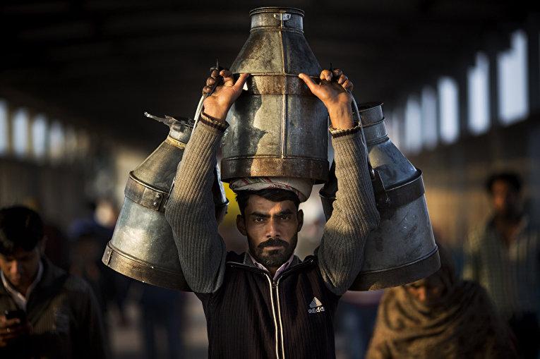 Индийский молочник на вокзале Нью-Дели
