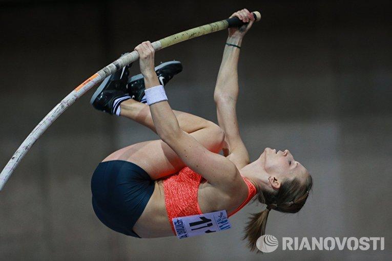Анжелика Сидорова во время соревнований по прыжкам с шестом среди женщин на чемпионате России по легкой атлетике в помещении в Москве