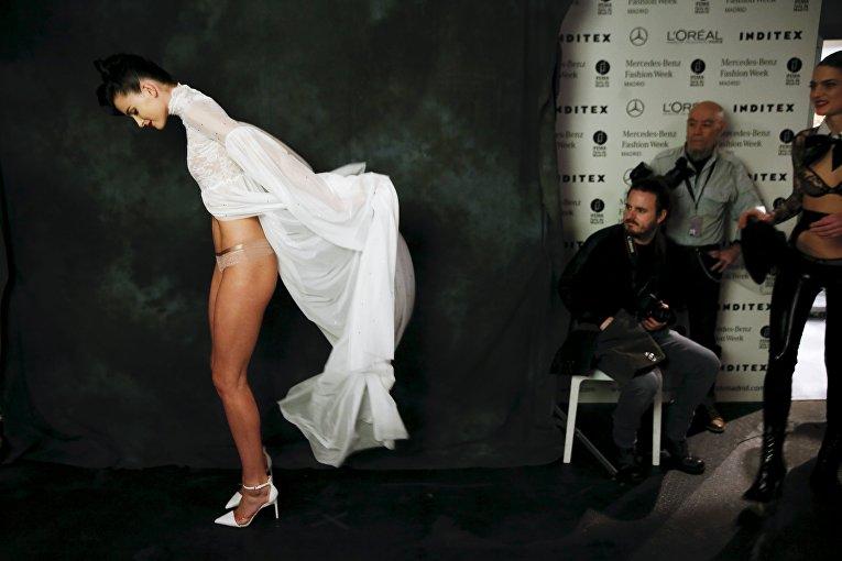 Модель за кулисами во время Недели моды Mercedes-Benz в Мадриде