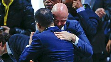 Принц Али Аль Хусейн поздравляет вновь избранного президента ФИФА Джанни Инфантино во время внеочередного конгресса в Цюрихе, Швейцария 26 февраля 2016