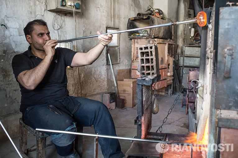 Стеклодув в мастерской на окраине Дамаска в первый день перемирия