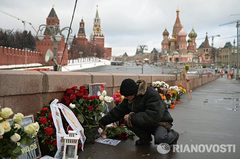Мужчина на месте гибели политика Бориса Немцова на Большом Москворецком мосту в Москве