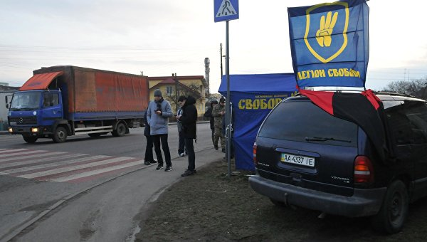 Украинские активисты стоят на блокпосту националистической партии Свобода, блокируя движение грузовиков с российскими номерами во Львовской области. Архивное фото