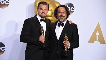 Актер Леонардо Ди Каприо и режиссер фильма Выживший Алехандро Гонсалес Иньярриту получившие премии Оскар