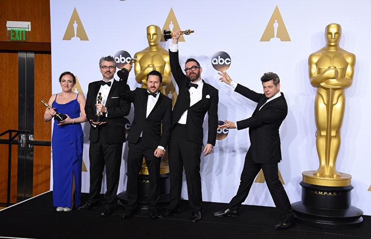 Команда фильма Из машины получившей награду за лучшие визуальные эффекты на 88-й церемонии вручения премии Оскар