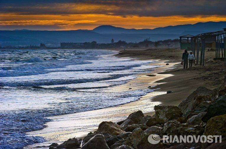 Побережье Черного моря на закате в поселке Береговое под Феодосией.