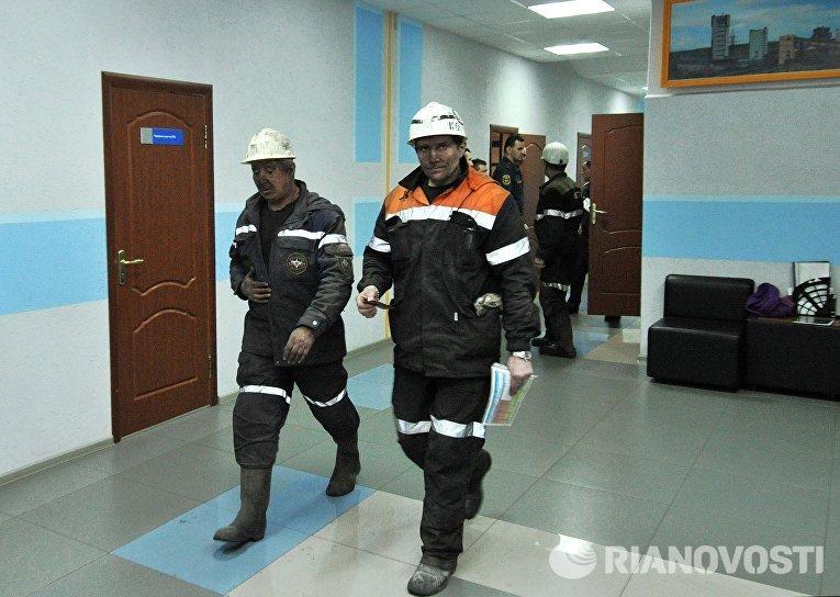 Сотрудники МЧС России в здании шахты Северная в Воркуте
