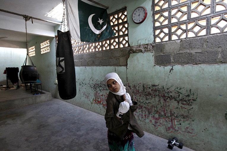 Девочка на тренировке по боксу в Карачи, Пакистан