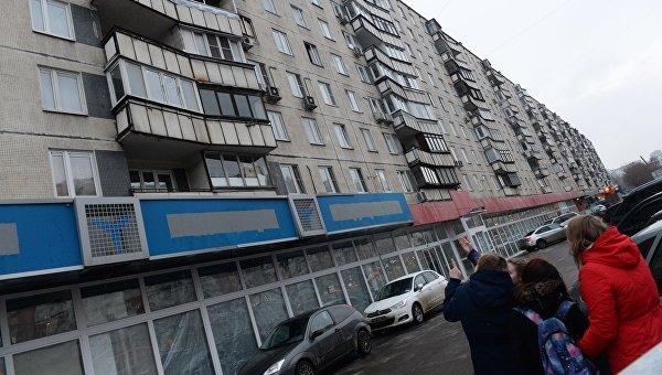 Прохожие у дома на улице Народного ополчения в Москве, в котором няня, подозреваемая в убийстве 4-летнего ребенка, совершила поджог квартиры