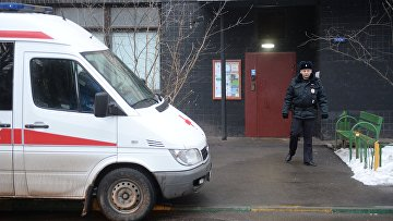 Сотрудник полиции у дома на улице Народного ополчения в Москве, в котором няня, подозреваемая в убийстве 4-летнего ребенка, совершила поджог квартиры