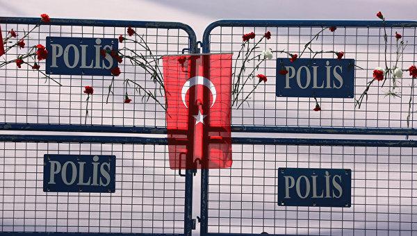Цветы в память о жертвах теракта в Анкаре. Архивное фото