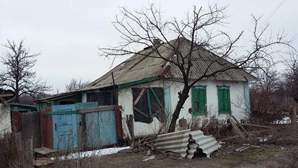 Брошенный дом в деревне на Донбассе. Архивное фото