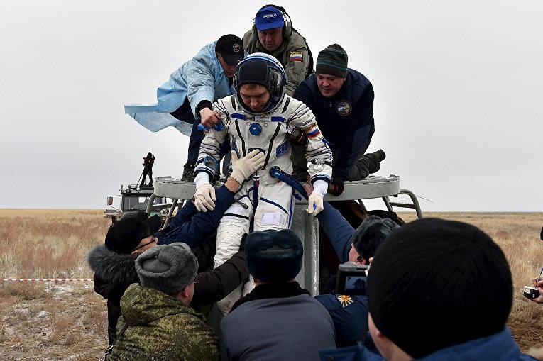 Спускаемая капсула корабля Союз ТМА-18М с участником годовой миссии Сергеем Волковым. 2 марта 2016