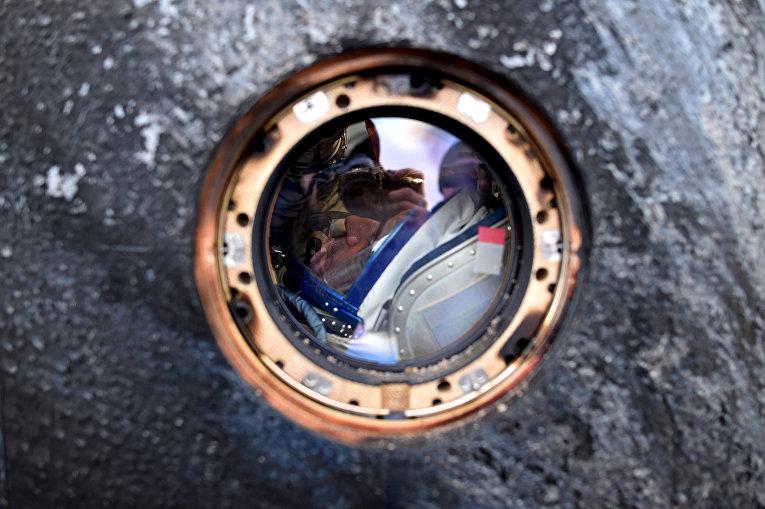 Спускаемая капсула корабля Союз ТМА-18М с участником годовой миссии Михаилом Корниенко. 2 марта 2016
