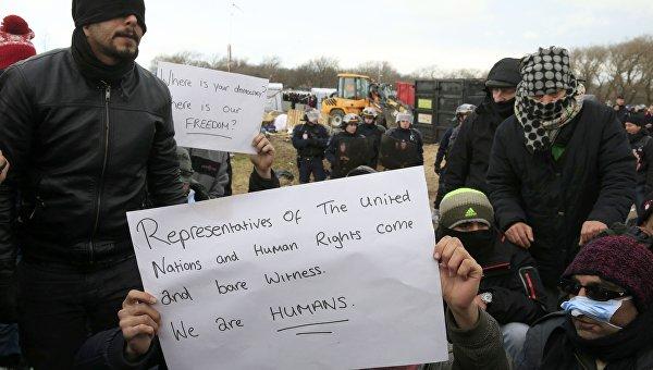 Протестующие из Ирана в лагере для беженцев возле Кале, Франция