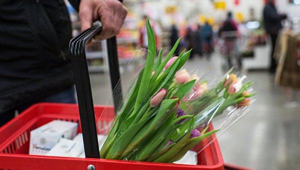 Продажа цветов в гипермаркете торговой сети Ашан. Архивное фото