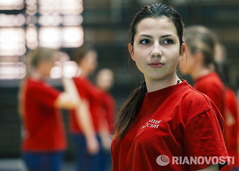 Девушка-курсант на занятиях по физической подготовке в Военно-космической академии имени А.Ф. Можайского в Санкт-Петербурге