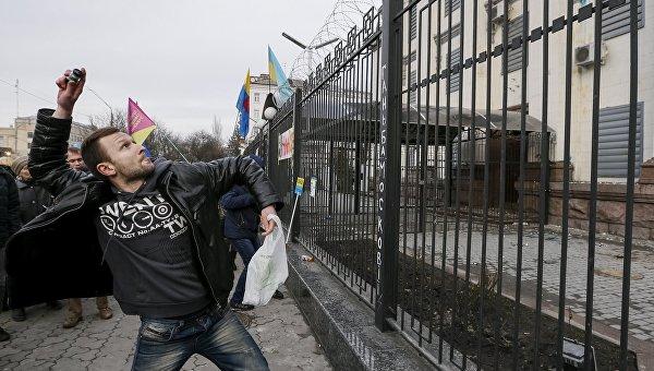 Участник акции протеста у здания посольства России в Киеве