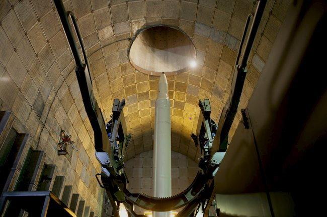 Баллистическая ракета в подземном шахте перед тестовыми испытаниями в Иране