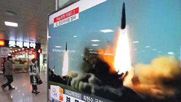 Архивная запись запуска КНДР ракет малой дальности в направлении Японского моря транслируется на вокзале в Сеуле. 10 марта 2016