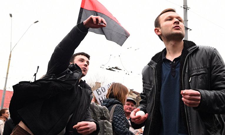 Участники акций в защиту Н. Савченко забрасывают краской и яйцами посольство Российской Федерации в Киеве