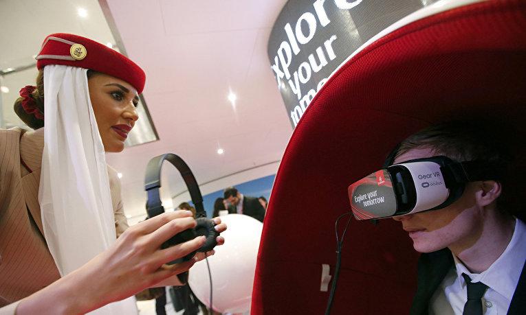 Стюардесса Emirates Airlines и посетитель международной туристической ярмарки ITB в Берлине, март 2016