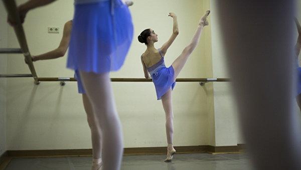 Балерина в зале. Архивное фото