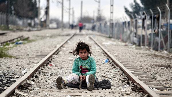 Ребенок играет на железнодорожных путях недалеко от города Идомени на македонско-греческой границе. Март 2016